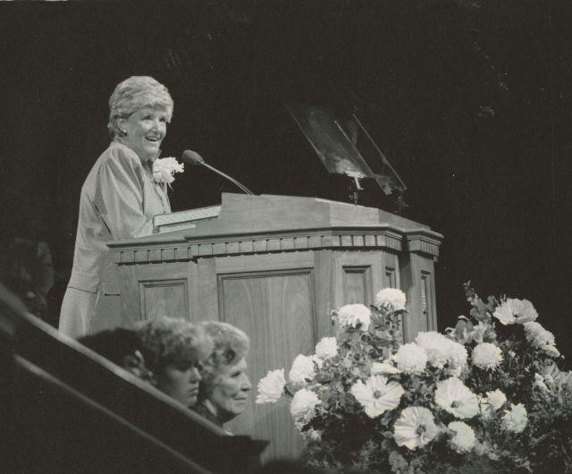 Elaine A. Cannon hablando en el Tabernáculo de Salt Lake