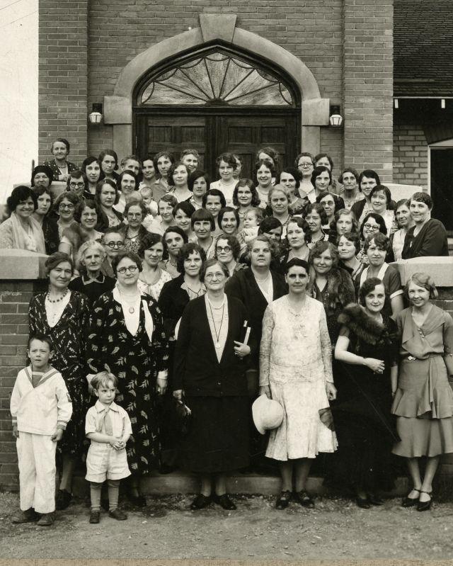 Amy Brown Lyman con un grupo de mujeres y niños