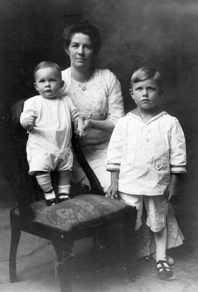 Jennie Brimhall Knight con sus hijos Philip y Richard