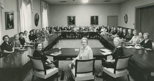 Belle S. Spafford, Marianne C. Sharp y Louise W. Madsen con la Mesa Directiva General de la Sociedad de Socorro