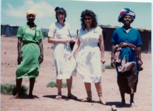 hermanas misioneras con dos mujeres